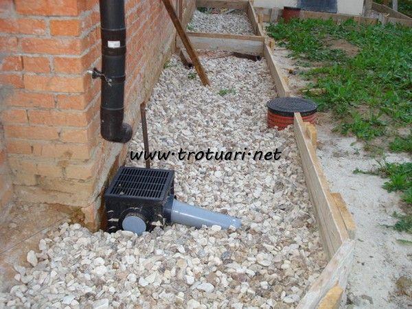 Подготовка материала для отмостки вокруг дома из тротуарной плитки