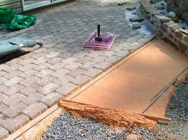 укладка тротуарной плитки на даче на щебень и песок-щебень
